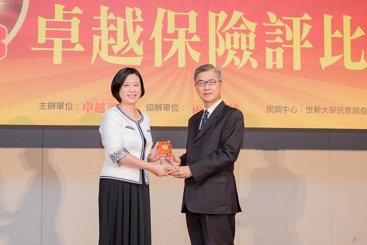 金管會副主委黃天牧(右)頒發2018卓越保險評比「最佳數位創新獎」予新光人壽,由陳錦慧副總經理(左)代表領獎。